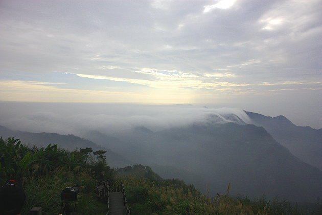 走到山頂時雖流著滿身汗水,但可享受到如仙境般的雲海美景,相當值得。 記者林和謙