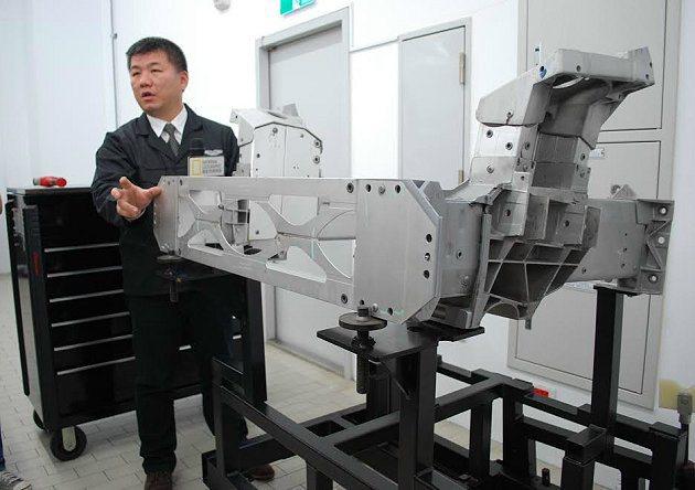 Asrton Martin焊接不同於傳統的跑車,以鑲嵌式的焊接方式。 記者趙惠群...