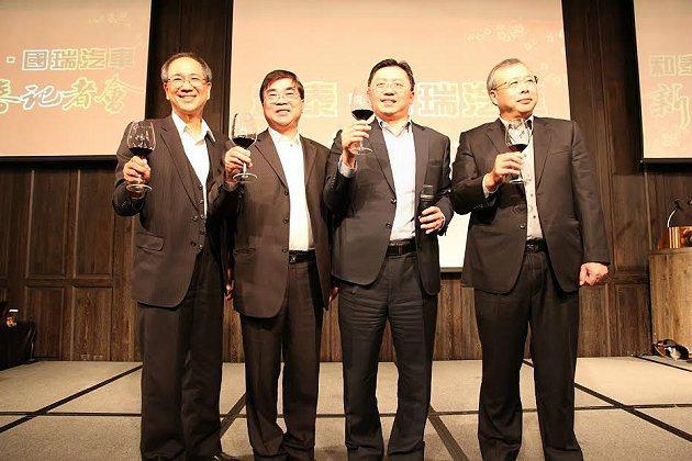 和泰汽車蘇純興總經理(右2)、張民杰副總經理(左1)及國瑞汽車林永裕副總經理(右...