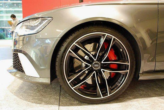 RS6 Avant配備21吋五爪雙肋高亮度銀色鋁圈。 記者趙惠群/攝影