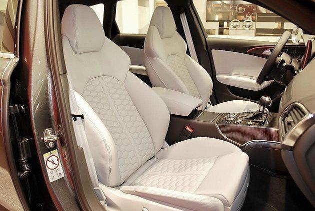 RS6 Avant全新蜂巢格紋設計座椅,時尚風味更強。 記者趙惠群/攝影