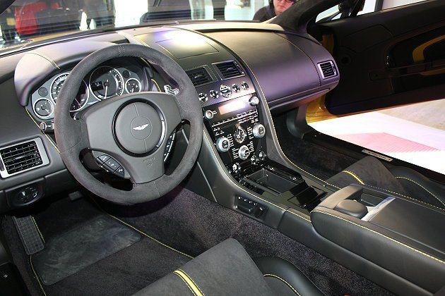 內裝部分V12 Vantage S展現十足運動性格,包括專屬碳纖維選配中控飾板與...