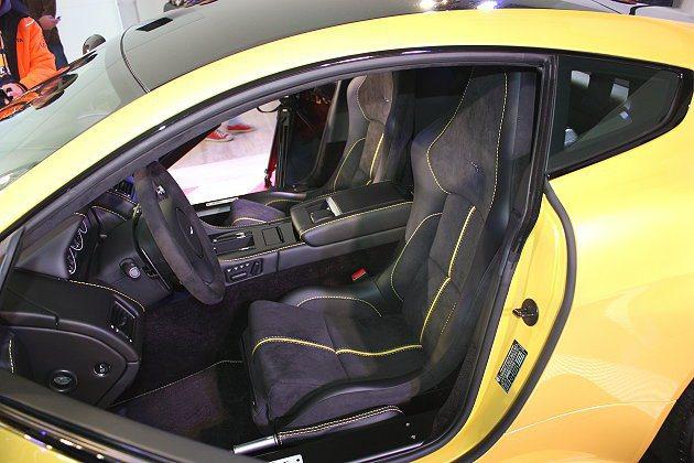 碳纖維輕量化桶式賽車椅可選配。 記者林和謙/攝影