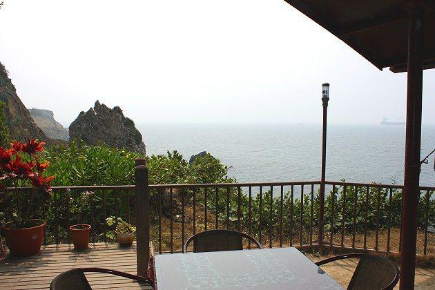 坐在海角咖啡用餐區,可輕易欣賞到遼闊海景。 記者林和謙/攝影