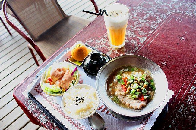 破布子肉飯,口味佳。隨餐附水果、白飯、沙拉、湯。 記者林和謙/攝影