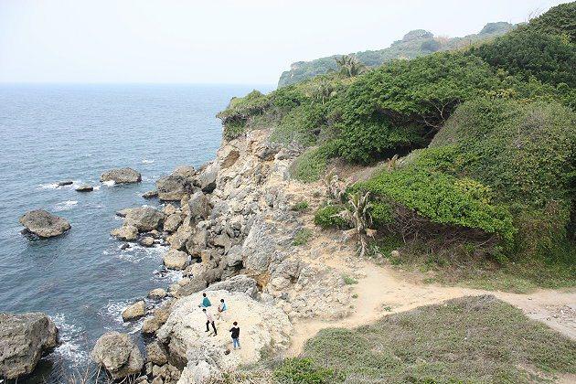 爬出神秘的樹洞後,居高臨下看到的山海景色。 記者林和謙/攝影