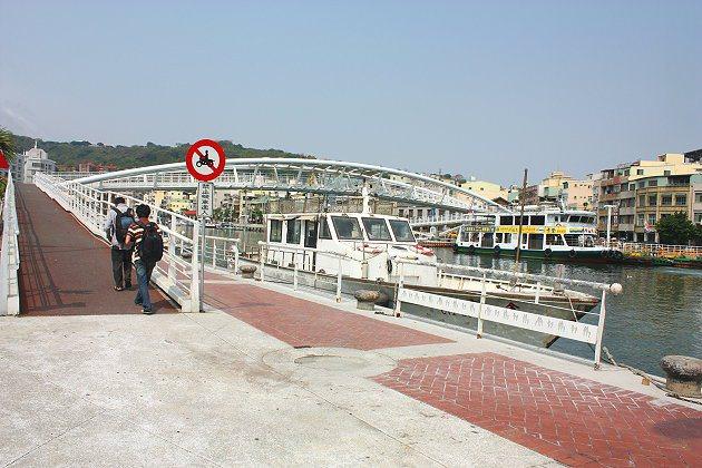 鼓山渡輪站就在西子灣出來後不久,往右側看可見到一座白色弧形的人行橋,過橋後就是搭...