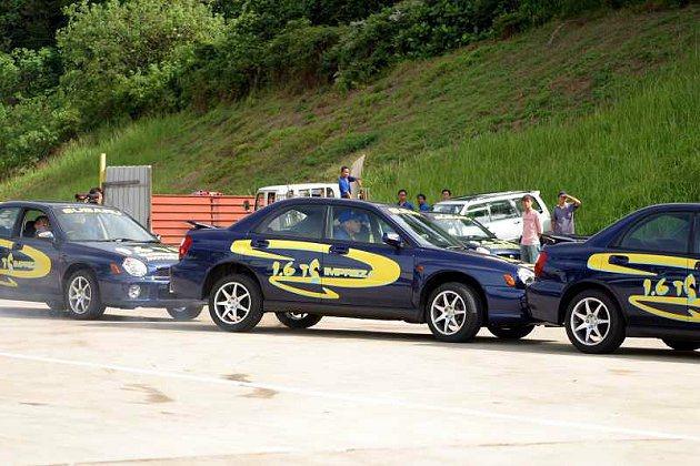 Russ Swift駕駛Impreza示範精準操駕,將車子停入狹窄的路邊停車格內...