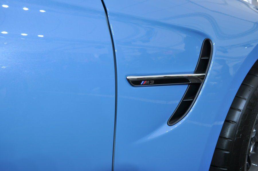葉子板進氣孔獨有識別銘板,同時是車體流動肌力線條的轉折 記者許信文/攝影