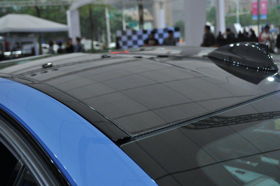 全車頂採用碳纖維CFRP(Carbon Fiber Reinforce Plas...