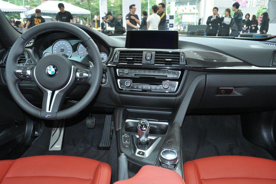 M3/M4車艙內有著M-Power性能車系的戰鬥氣息,介面設計維持駕駛者考量配置...