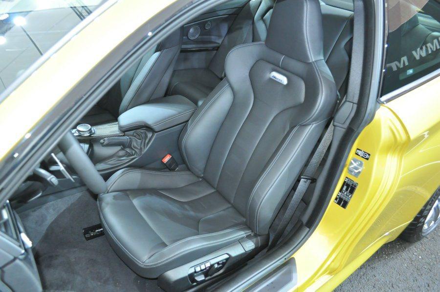 M3/M4前座是採用類賽車桶椅電動記憶座椅,人體工學的坐姿包覆性極佳,同時它的軟...