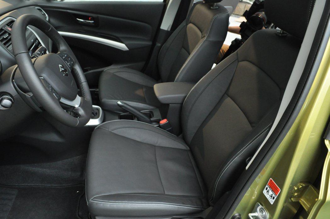 頂級GLX車型座椅採用皮質 記者趙惠群/攝影
