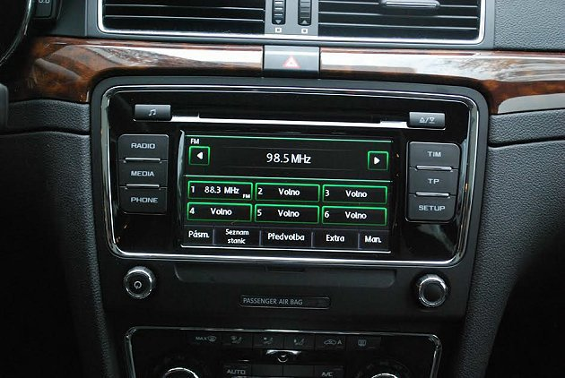 中控台標配Bolero 6.5吋觸控式6片吸入式CD音響主機。 記者趙惠群/攝影