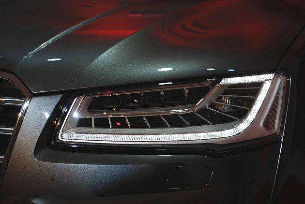 S8有車壇首見的矩陣式LED車頭燈。 記者趙惠群/攝影