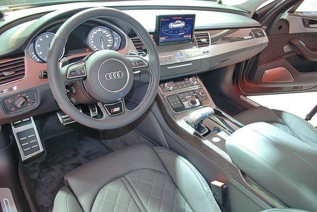 S8內裝數位娛樂功能和舒適化配備齊全,並大量採用大量採用鋁質飾板與碳纖材質組合。...