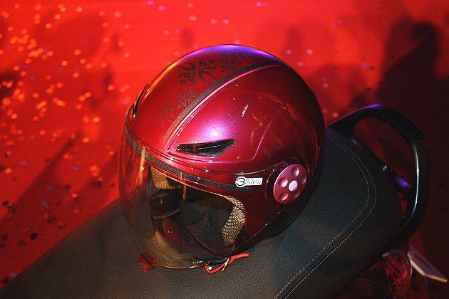 時尚安全帽也有以CUXi的C為設計的圖騰。 記者林和謙/攝影