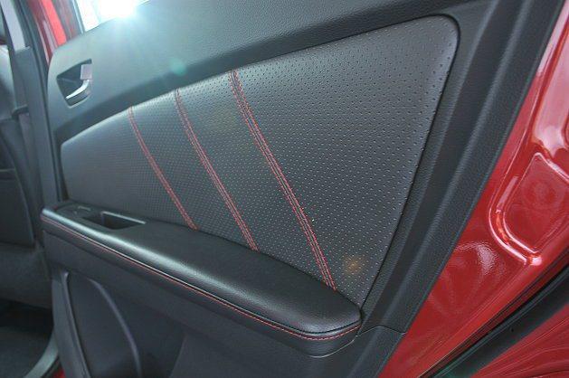 車門飾版採用紅色縫線。 記者許信文/攝影