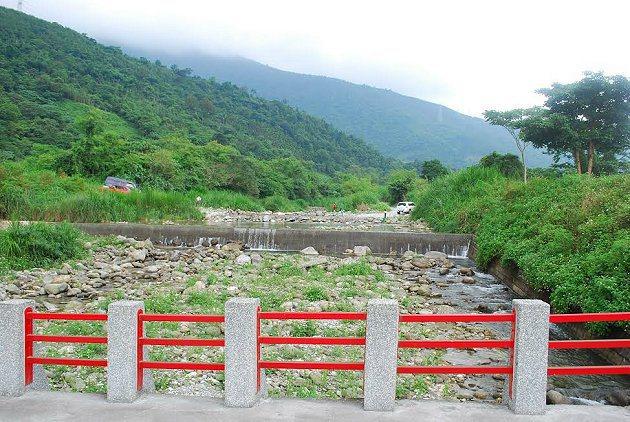 荖溪橋上遠親水遊戲區。 記者趙惠群/攝影
