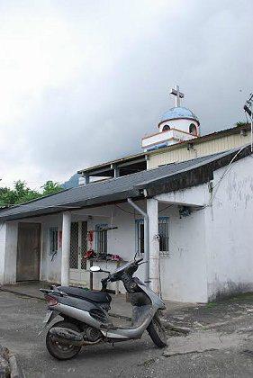 重光是個幽靜詳和的部落,建築後方藍色圓頂是重光教堂,頗似希臘東正教的建築型式,為...
