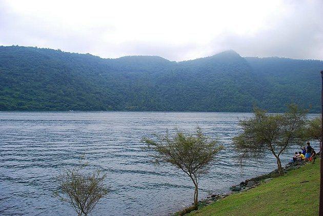 山雨欲來的鯉魚潭近年增加不少休憩觀景設施,卻不改其幽靜美麗的風貌。 記者趙惠群/...