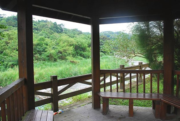 白鮑溪畔觀景台是納涼賞景最佳據點。 記者趙惠群/攝影