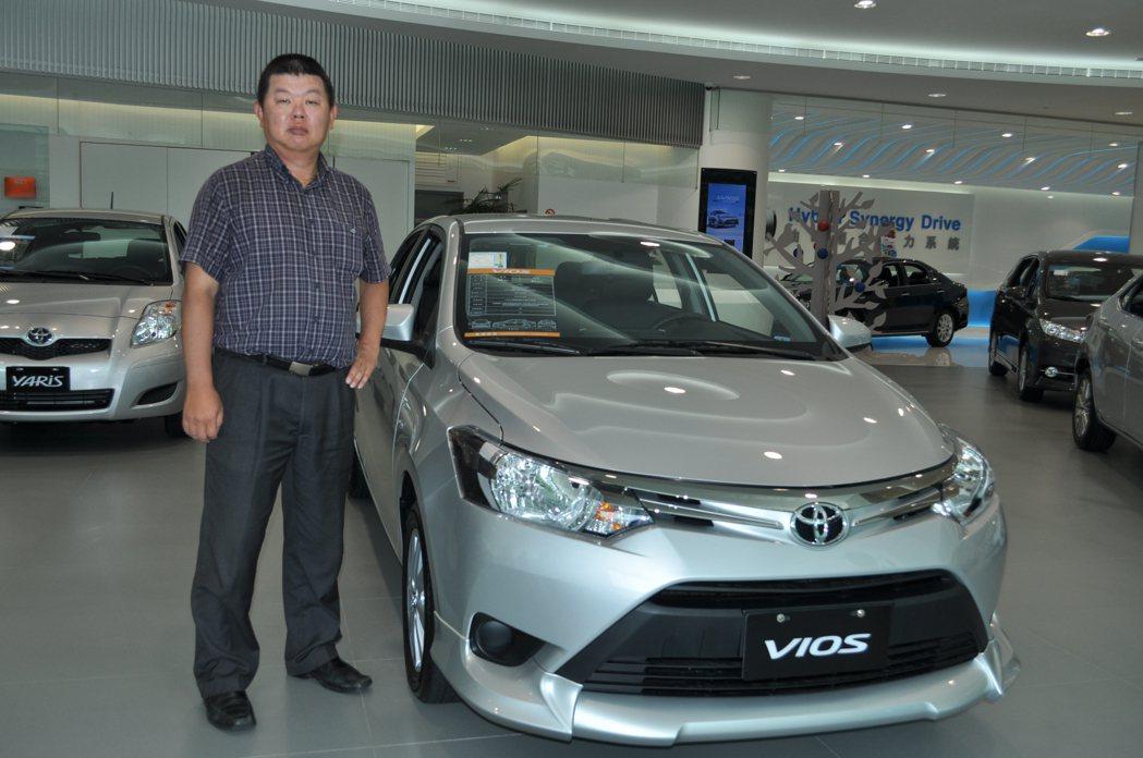 五年級生洪哲雄精打細算得意地表示,Toyota推出小資方案內容很合算個人財力狀況...