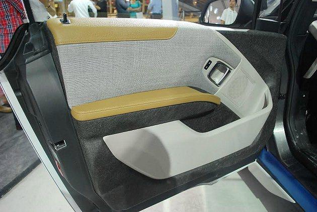 BMW i的內裝和座椅織布以100%回收再製的聚酯纖維組成,其中34%的聚酯纖維...