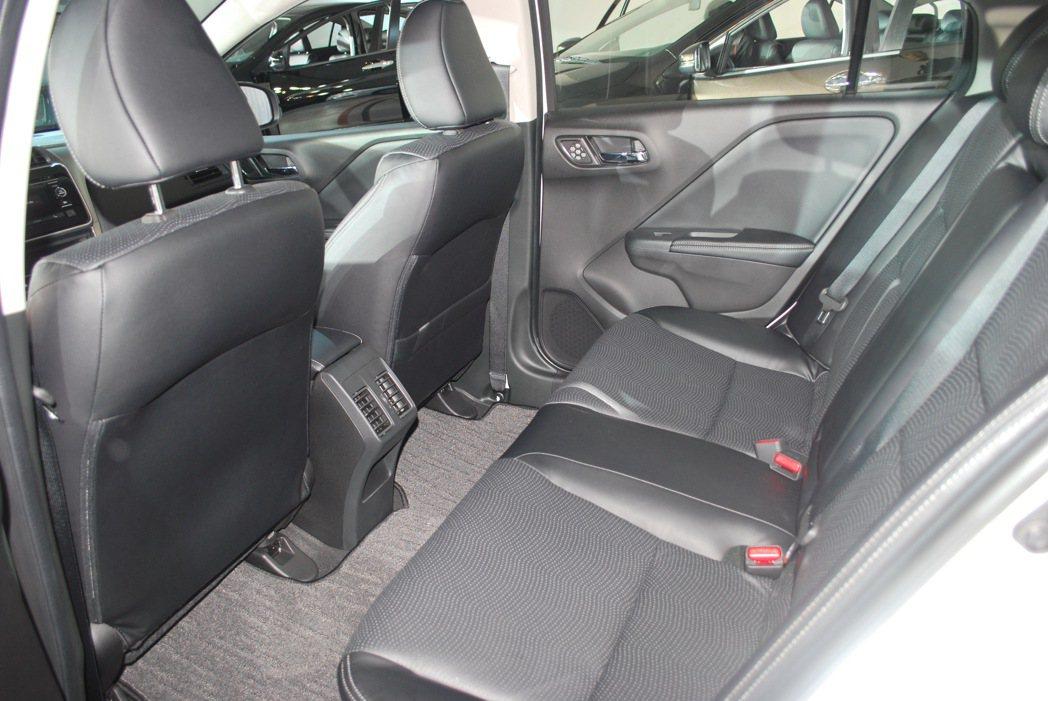 CITY有2600mm的大軸距,透過前後座座椅低置,讓它擁有相當寬敞直逼大型房車...