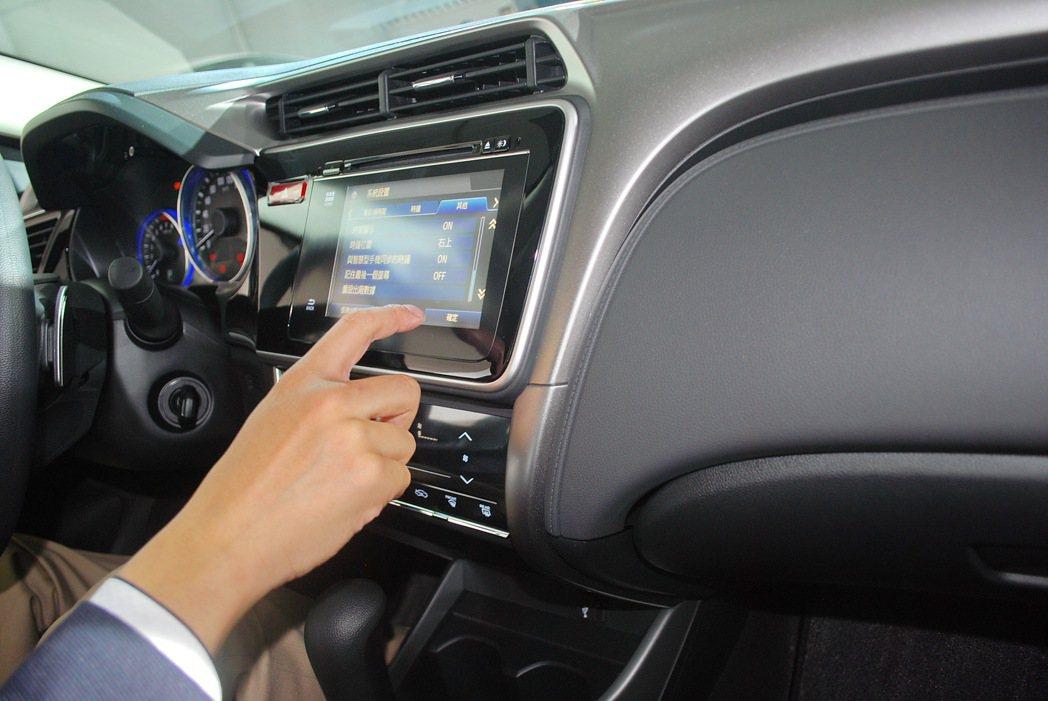 VTi-S車型配備7吋全彩觸控式螢幕,內建多媒體系統有藍牙和CD與MP3,並可與...