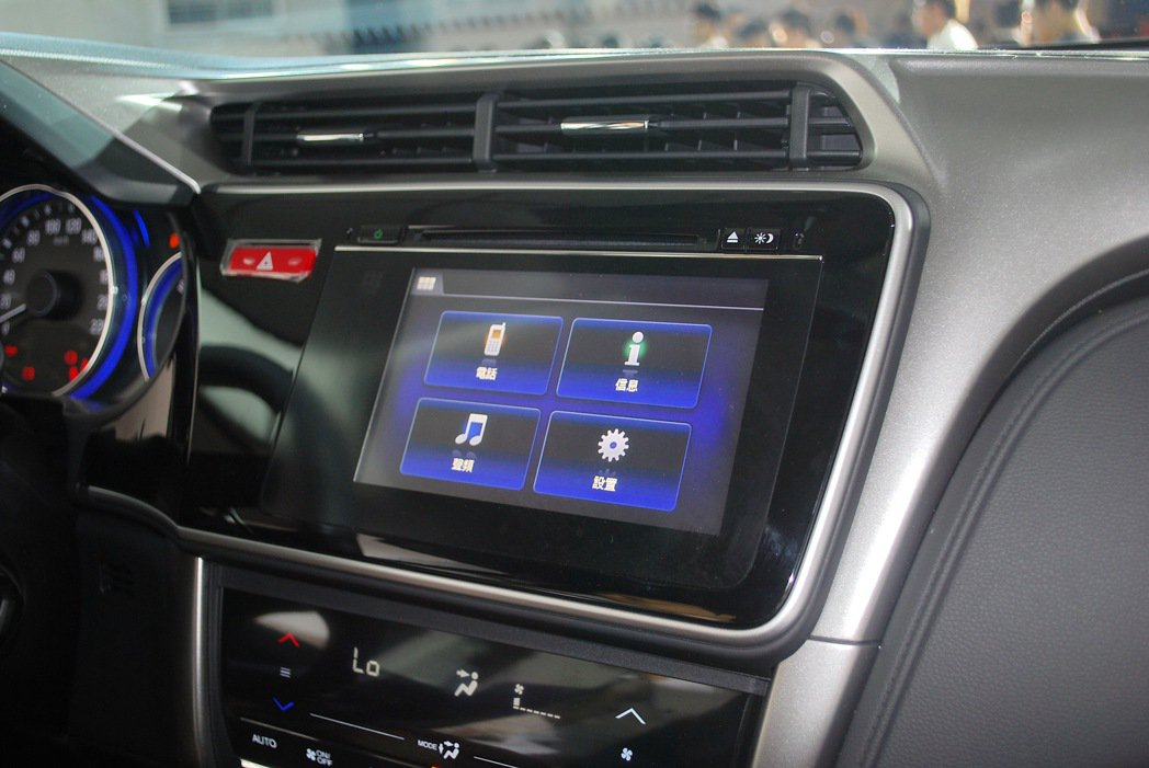 多媒體系統與手機連結,主頁面顯示五大功能操作,包括藍牙免持操作 i-MID行車電...