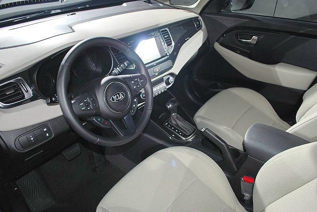 Carens座艙以皮革包覆,配備水準不輸同級車。 記者趙惠群/攝影