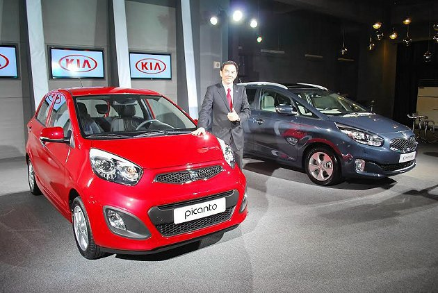 KIA總代理森那美總裁游劍文與兩台全新組裝新車與媒體見面,目前全台正積極布點,預...