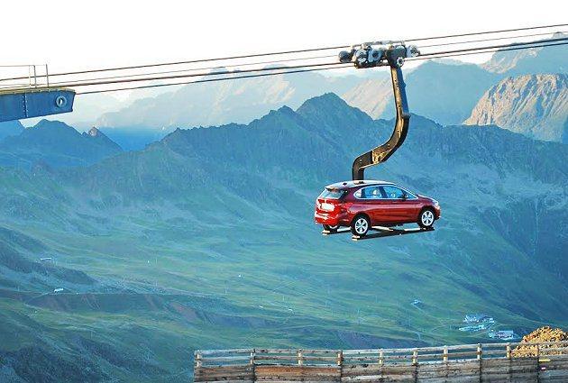 原廠以滑雪登山纜車吊掛一台2 Series Active Tourer上3千公尺...