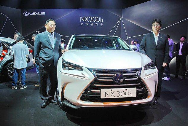 和泰汽車總經理蘇純興(左)與日本豐田總工程師佐藤武明(右)共同主持NX 300h...