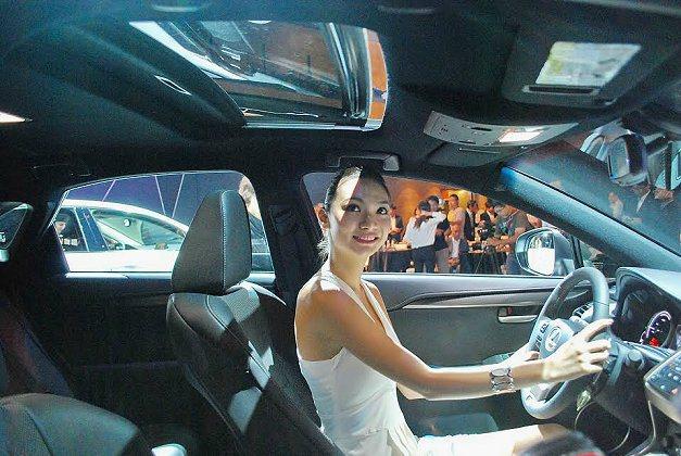 NX擁有同級車最大的全景電動天窗。 記者趙惠群/攝影