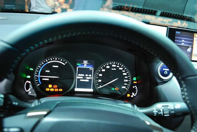 四環儀表設計,中央是行車資訊顯示螢幕。 記者趙惠群/攝影