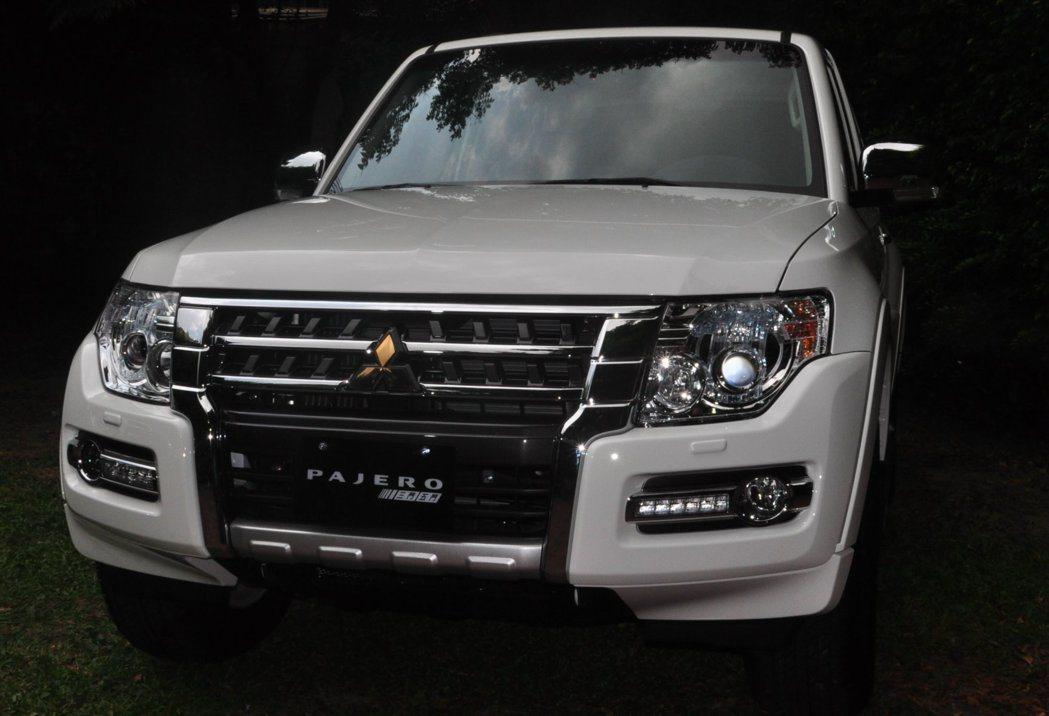 15'年式新Pajero主要差異在車頭處,大面積鍍鉻水箱罩貫穿並銜接全新造型前保...