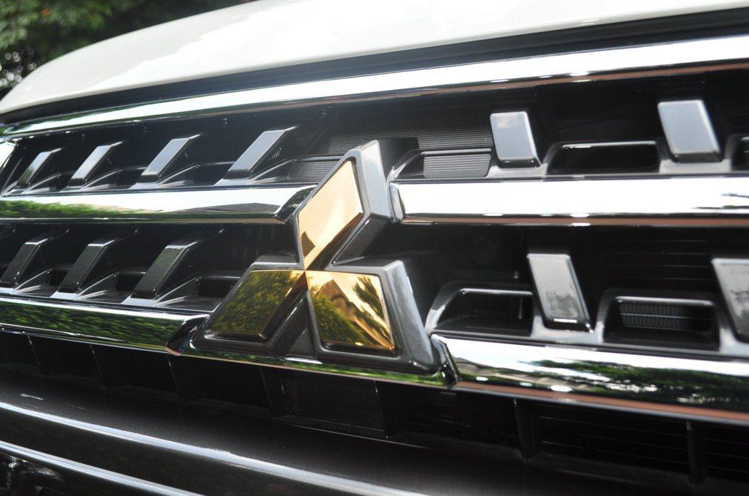 水箱罩中置鑲嵌新年式獨有的金色廠徽。 記者許信文/攝影