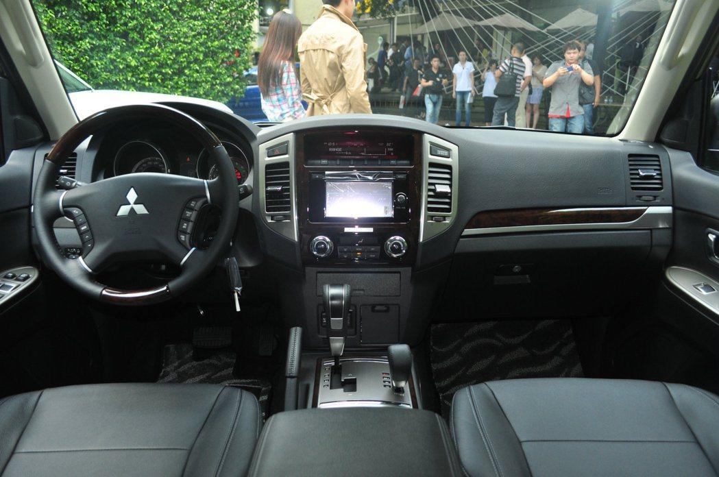 五門車型Pajero內裝多處採用木紋飾板,增添頂級車型應有視覺質感。 記者許信文...