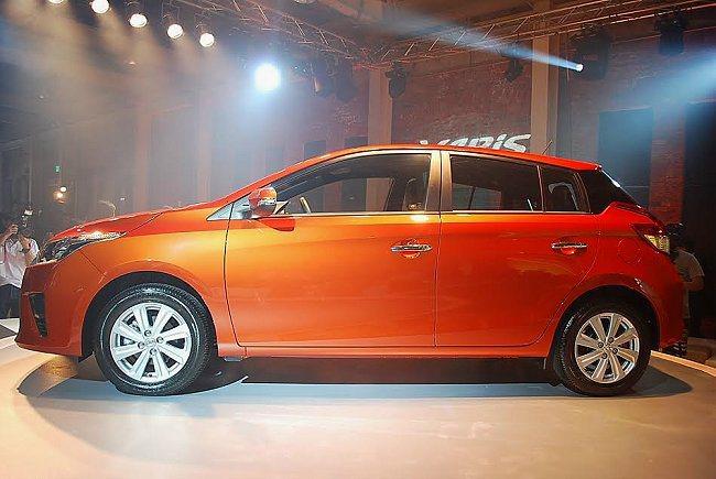 有向車尾下壓車頂線條和挑高的腰線,加上動感14吋輪圈,使車側散發強烈運動氣息。 ...