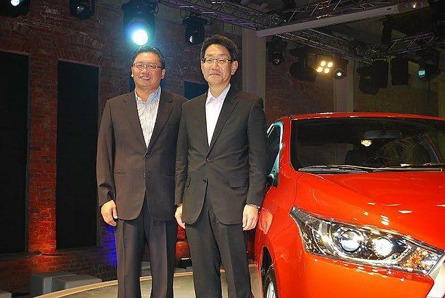 和泰汽車總經理蘇純興(左)與日本原廠總工程師松田健共同主持新車發表。 記者趙惠群...