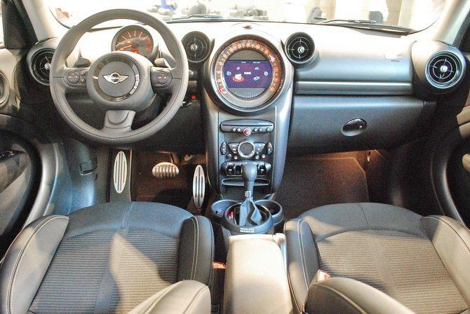 座艙以黑色為主色調,全力提升質感,方向盤後方為轉速表、中央控台部分為時速表,儀表...