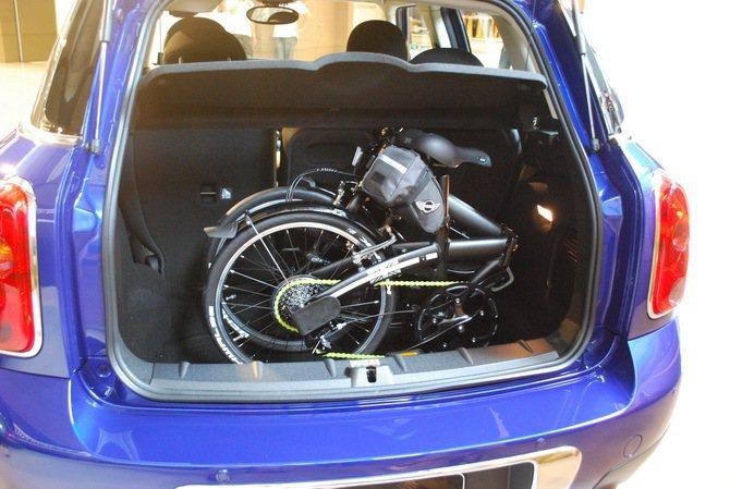 行李箱空間容量350公升,後座可前後移動130mm,調整後可從350公升增加至4...