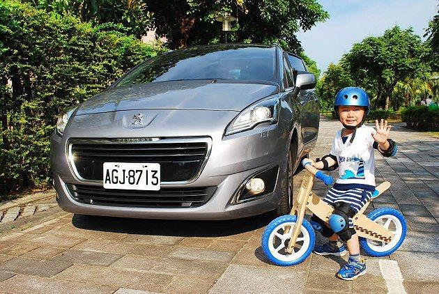 試車過程中巧遇小軒,我們請他擔任一日試車手,以兒童觀點來評價5008的優缺點。 ...