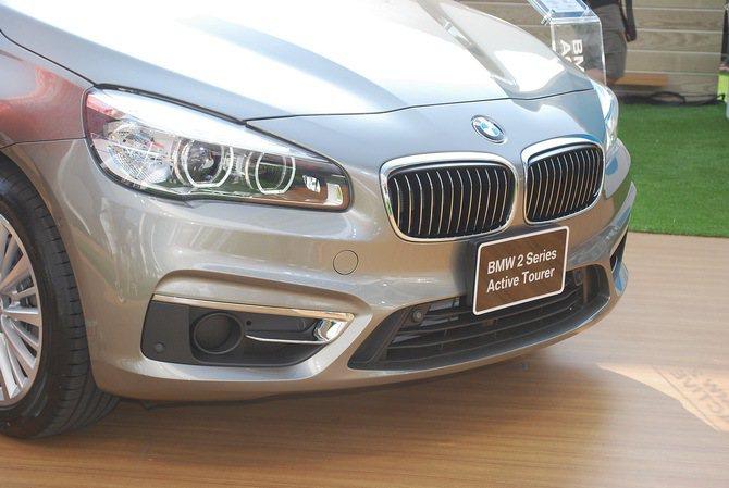 Luxury Line車型則是配上鍍鉻的水箱護罩與進氣口飾條。 記者趙惠群/攝影