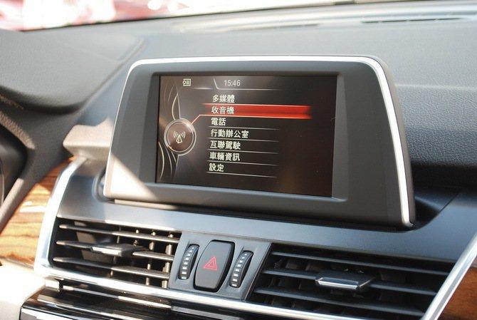 中控台內建多媒體系統,除影音與藍牙等系統,還提供聯功能。 記者趙惠群/攝影
