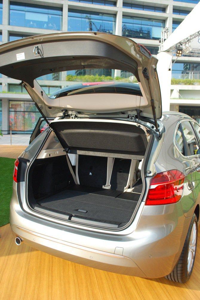 行李底板幾與尾車開口在同一水平,置物十分方便。 記者趙惠群/攝影