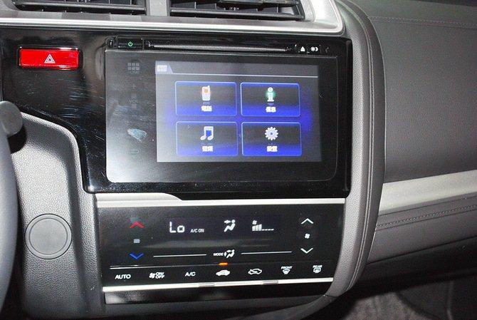 全車系中控台皆搭載電容觸控式面版的恆溫空調系統, 1.5S等級更領先同級車款搭載...