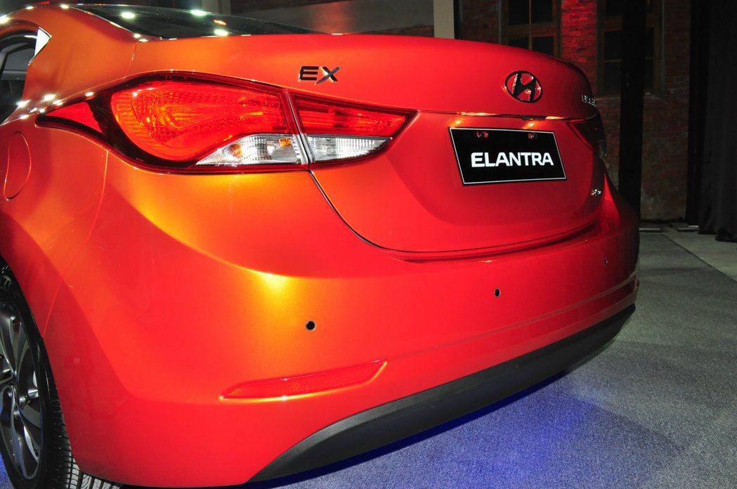 車尾重點在經黑化處理的的新LED尾燈,與雙色後保桿,強化前後的整體外型侵略個性。...